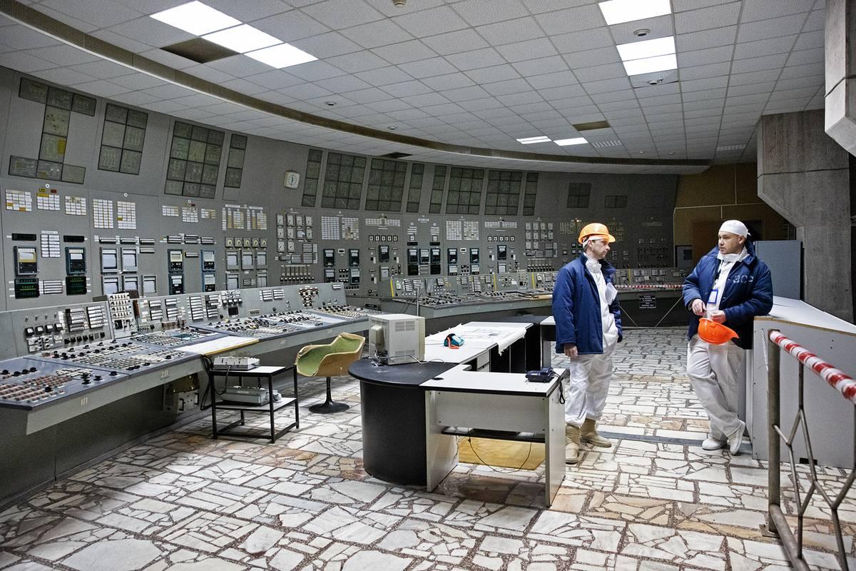 Tohle nejsou voskové figuríny, ale současní zaměstnanci elektrárny ve velíně reaktoru číslo 3, který je téměř totožný se zdemolovaným velínem reaktoru č. 4.
