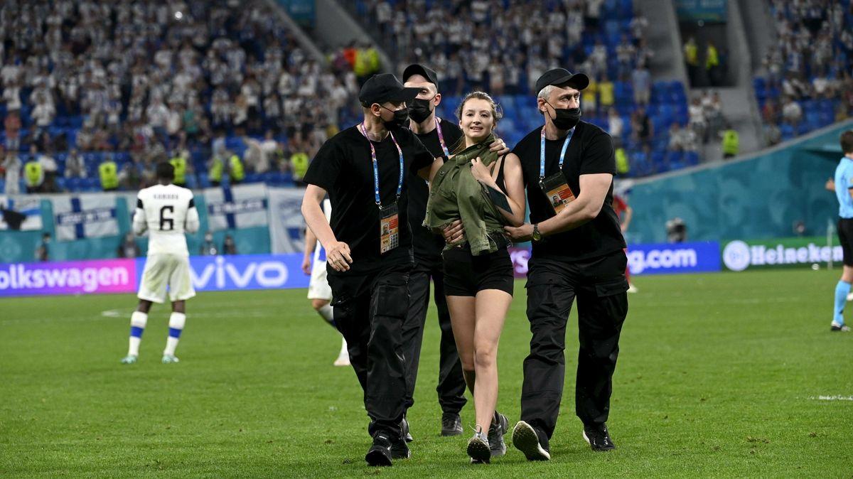 Vhlavní roli Ronaldo, láhve a málo oblečená aktivistka. Čím je letošní Euro jiné