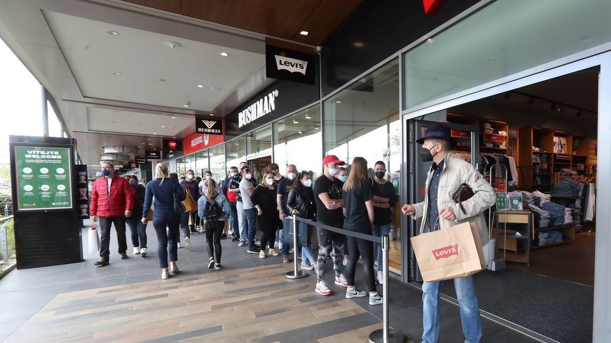 Češi se nakupování ještě nenabažili. Stáli ve frontách, přišly jich tisíce