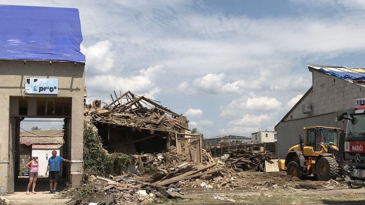 Počet domů, které se musí po tornádu zbourat, roste. Stát slíbil první pomoc