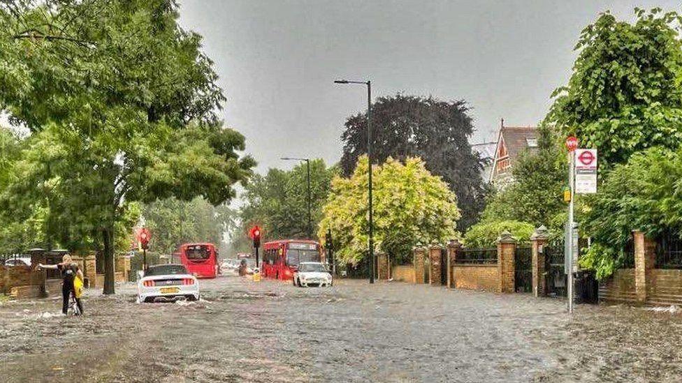 Video: Londýn postihly bleskové povodně. Ulice se proměnily vřeky