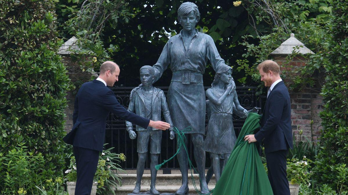Diana zbronzu. Princové William a Harry odhalili sochu své matky
