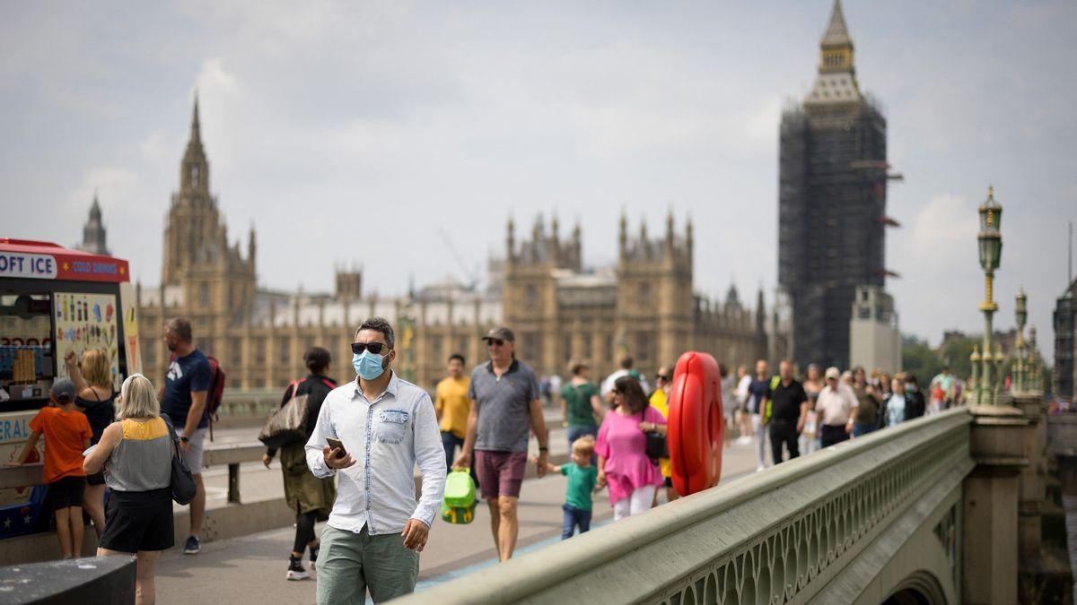 Další vlna pandemie visí ve vzduchu. Německo přitvrzuje, Anglie rozvolňuje
