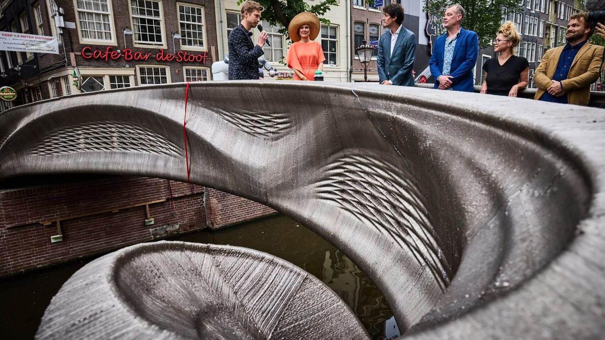 První ocelový most z3D tiskárny se otevřel. Stojí ve známé ulici hříchu