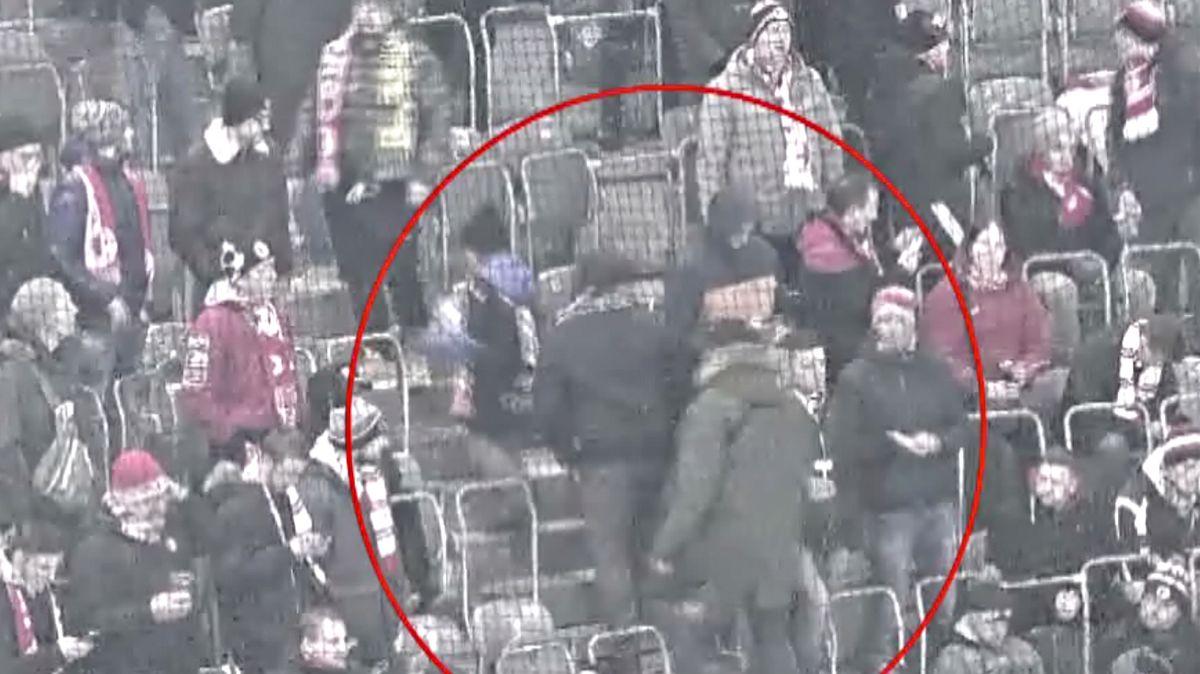 Video: Slávista surově zbil jiného fanouška, policie hledá útočníka ioběť