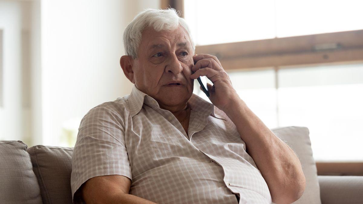 Ohrožení senioři: Pro ty, kteří se cítí osamělí, je tady nová služba. Můžou si popovídat ovšem sproškolenými dobrovolníky