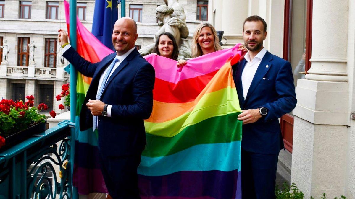 Praha vyvěsila duhovou vlajku. Podpoří 10.ročník Prague Pride