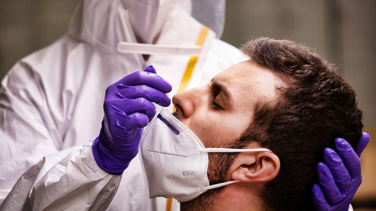 Klíčový ukazatel epidemie vČesku výrazně stoupá. Stát jeho sledování změnil