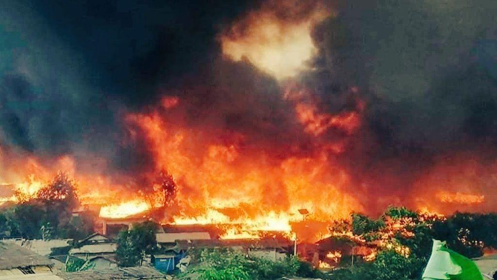 Video: Uprchlický tábor pro Rohingy zachvátil požár. Zůstala jen spálená zem