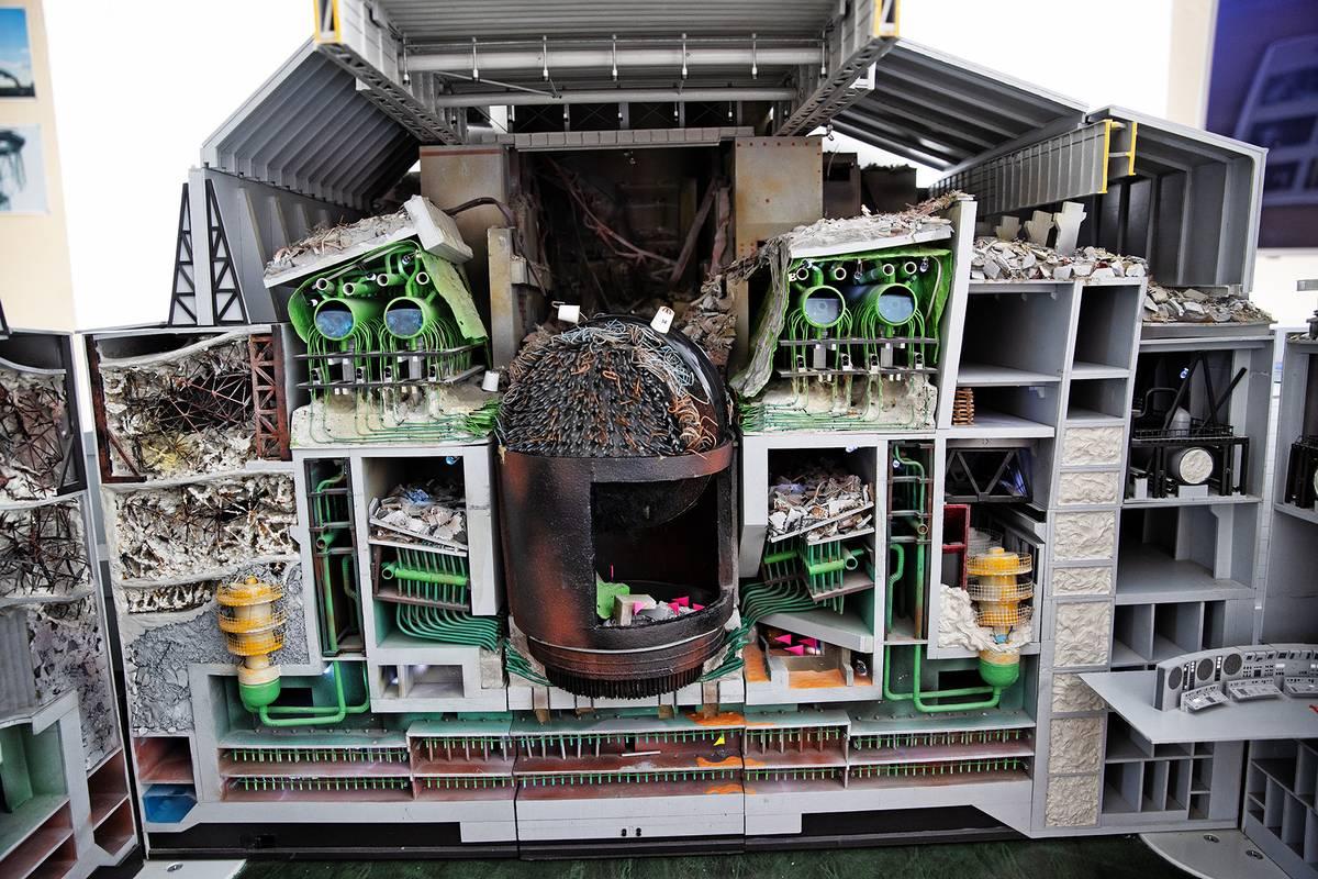 Model reaktoru v turistickém centru ukazuje situaci po výbuchu. Víko i střecha reaktoru chybí. Na střeše se kromě trosek válejí úlomky grafitu z regulačních tyčí, které nic netušící hasiči odklízeli ručně a zaplatili za to svými životy. Vše překrývá první sarkofág, který reaktor přikryl ještě v roce 1986.