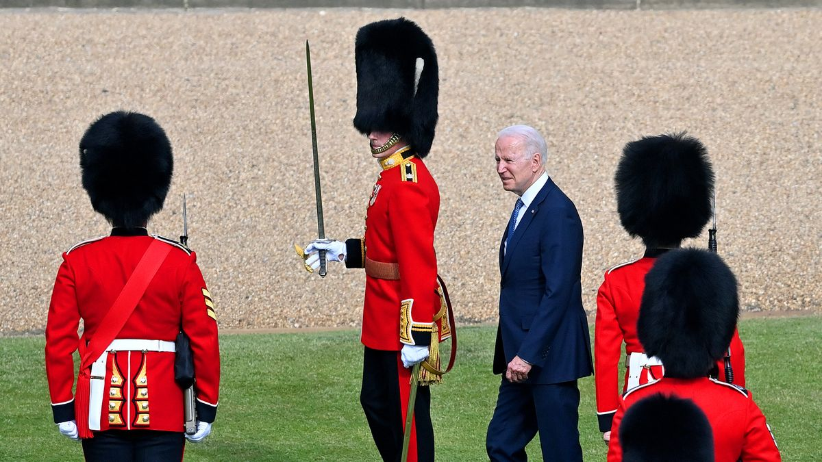 """Od královny k """"carovi"""". Podívejte se na první evropskou cestu Joea Bidena"""