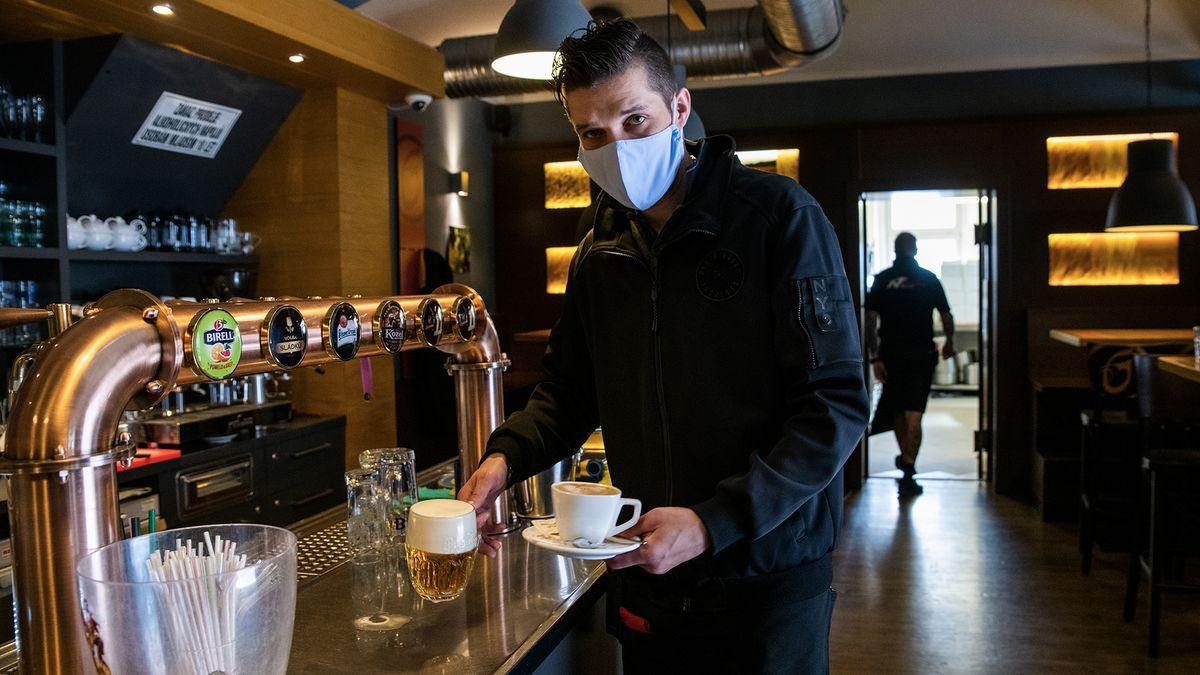 Léto zázrak nepřineslo: Každá desátá restaurace vcovidu skončila