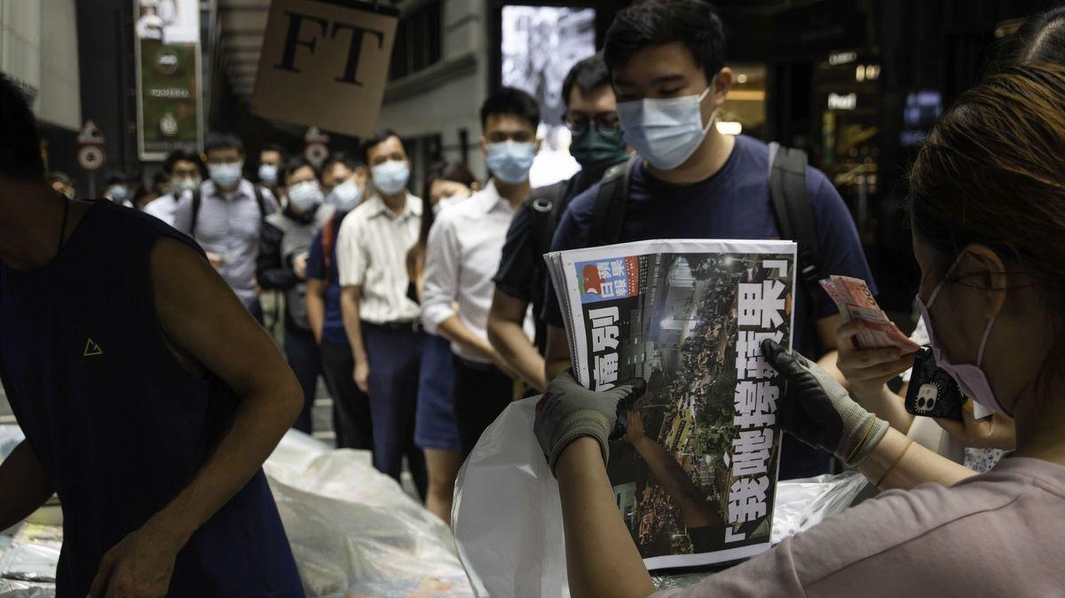 Noviny, které rozčilovaly Čínu, končí. Na poslední vydání se stojí fronty