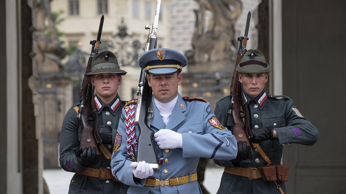 Ruská nebo francouzská uniforma? Včem se kdysi hlídal Pražský hrad