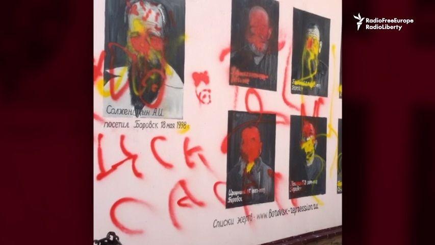 Video: Ze zdí ruského města shlíží portréty obětí stalinských represí