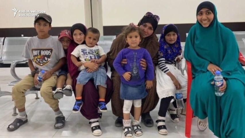 Žila vtáboře pro rodiny džihádistů. Teď se vrátila se sedmi dětmi domů