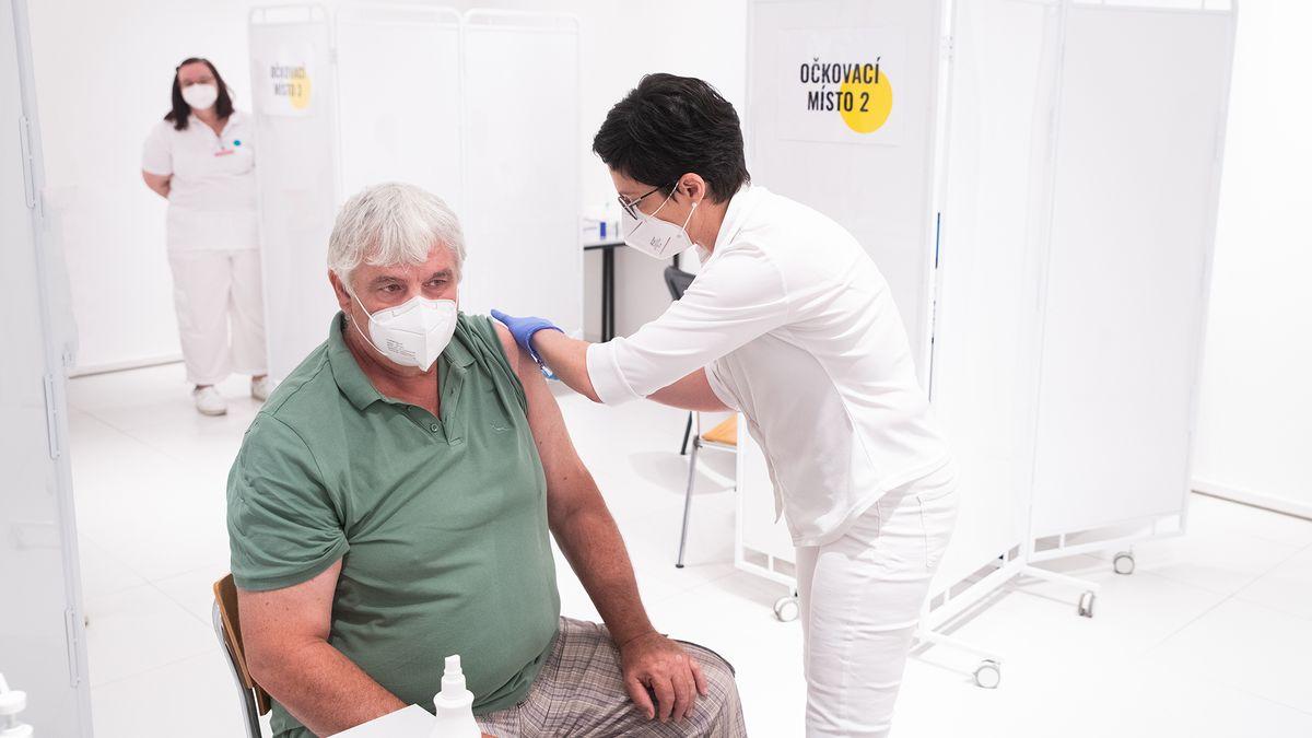 Proti coviduje dvěma dávkami vakcíny naočkováno asi 43procent Pražanů