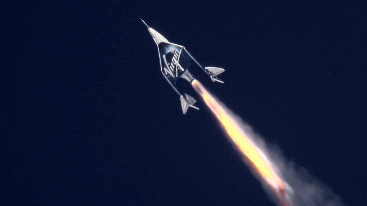 Historický okamžik, ale miliardářův výlet do kosmu brzdilo počasí