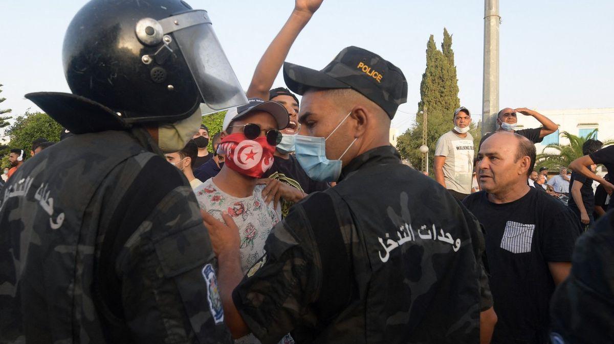 Všechna moc do rukou prezidenta. Tuniská hlava státu odstavila islamisty