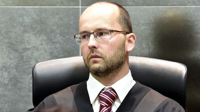 """Od ministerstva je to lajdáctví, říká soudce, který """"zrušil"""" respirátory"""