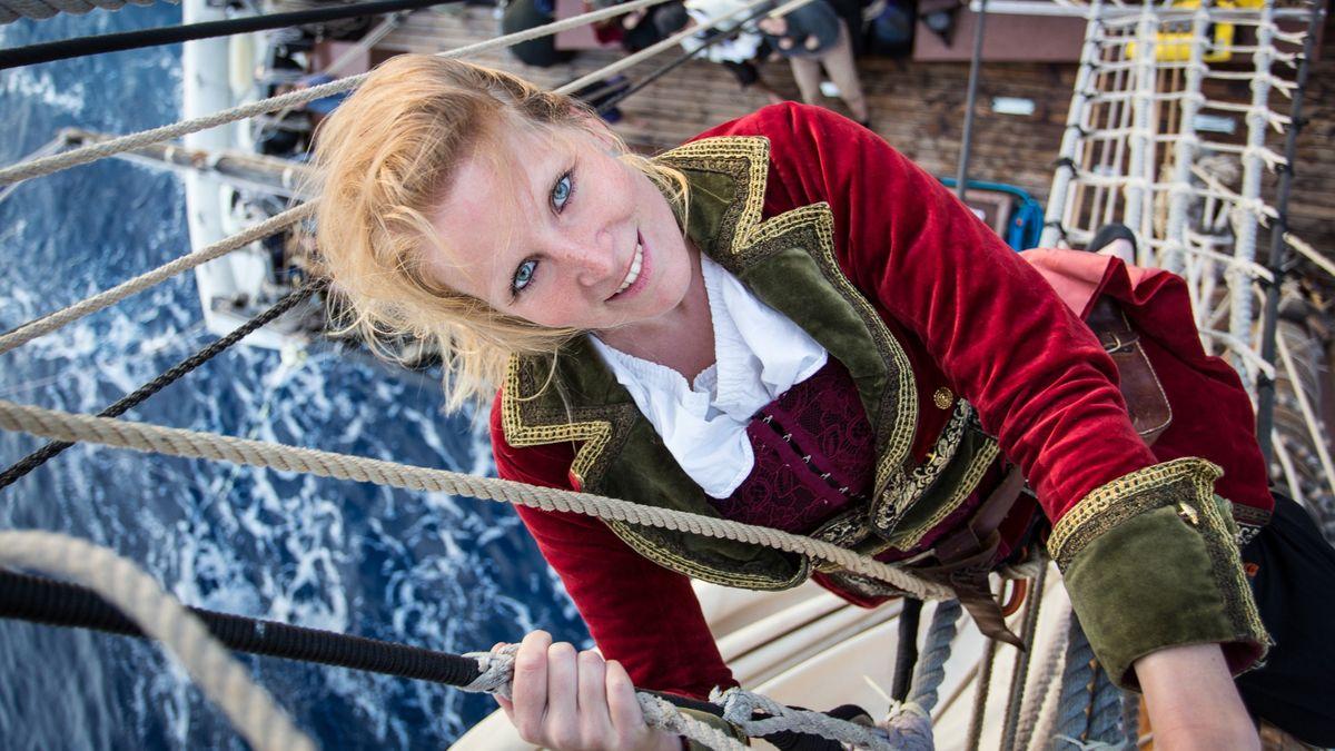 Živí ho vášeň pro moře a historii. Na palubě ho doprovází piráti a korzárky