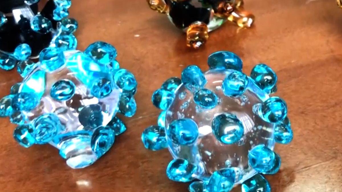 Koronavirus jako klenot: křišťálové koule či šperky ve tvaru roušek