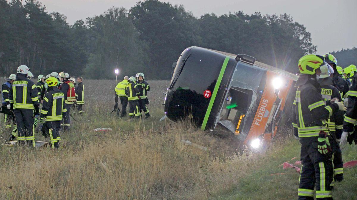 Desítky lidí skončily vnemocnici po nehodě autobusu zPrahy do Hamburku