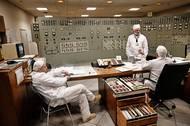 Na fotkách jsou současní zaměstnanci elektrárny, kteří se starají o chod všech funkčních zařízení v již odstavené elektrárně. Sedí ve velíně prvního reaktoru. Řídicí pulty, nábytek i oblečení jsou prakticky stejné jako tenkrát.