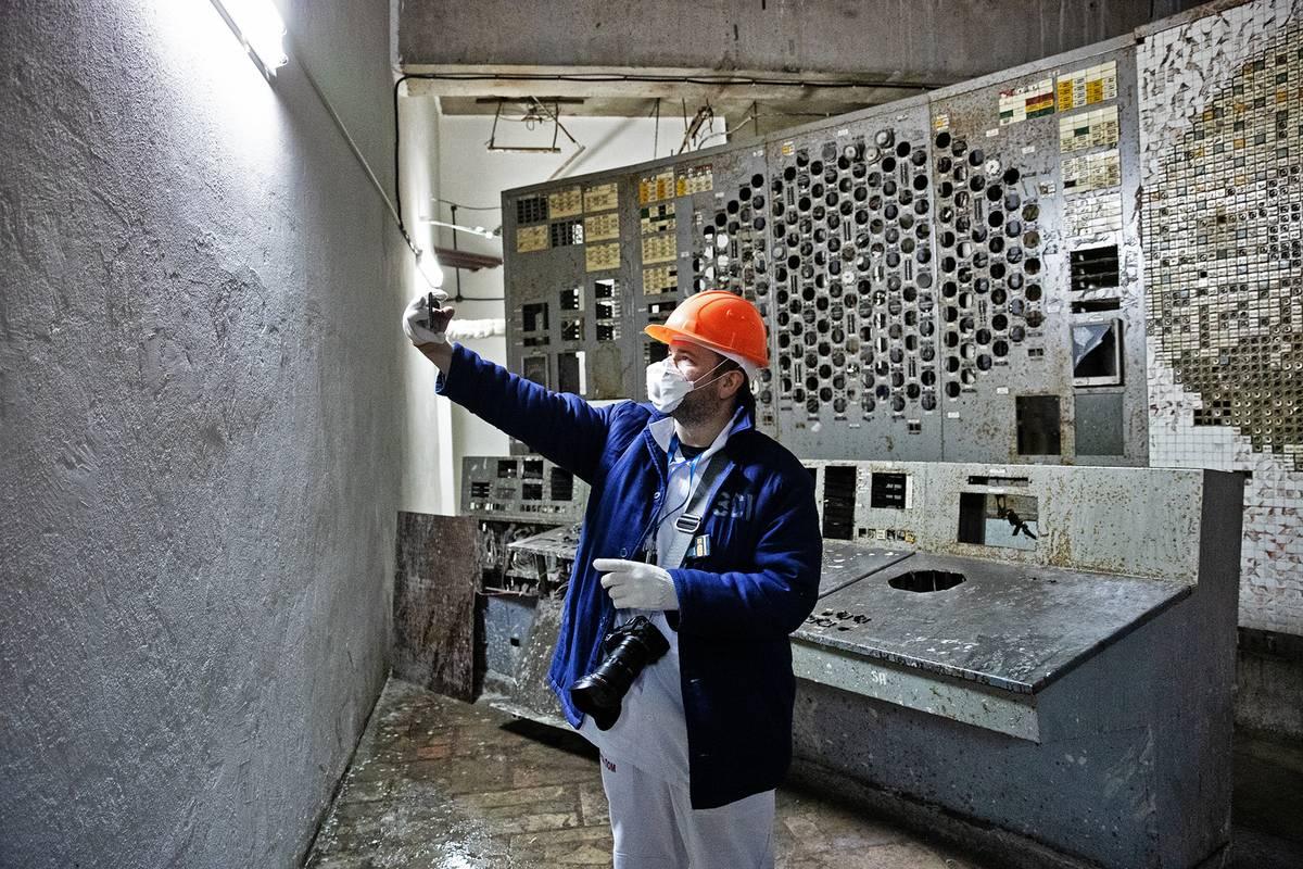 Původní prostor velínu byl po havárii přepažený betonovou stěnou sarkofágu, který místnost rozpůlil.