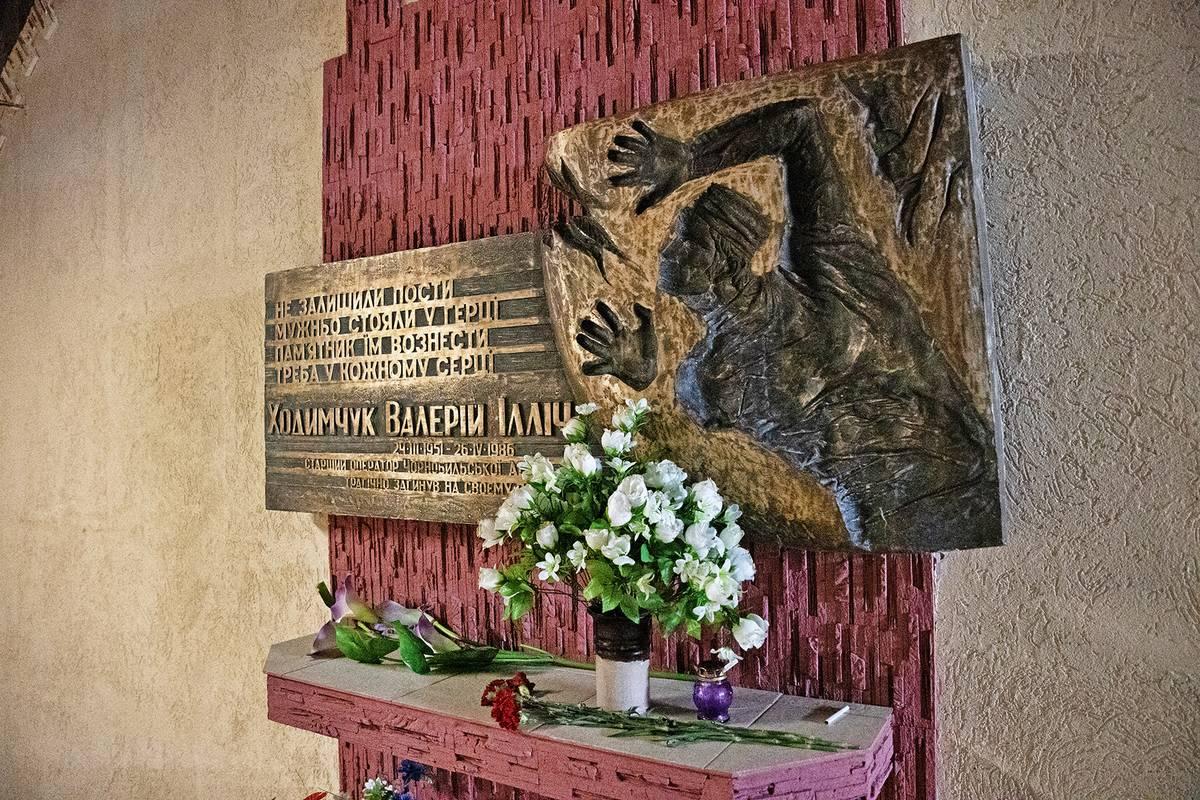 """Valerij Chodymčuk byl první obětí havárie. Jeho tělo se beze stopy vypařilo ze zemského povrchu. """"Jdu se podívat, co se děje,"""" řekl kolegovi Pavlu Akimovovi ve velíně. Byla to jeho poslední slova. Akimovovi i dalším pak svlékali oděvy i s kusy kůže."""