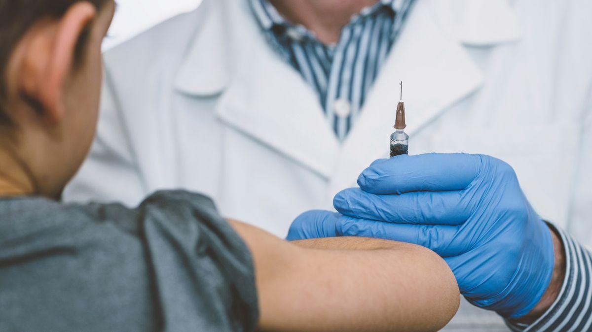 Očkovat děti proti covidu? Rodiče zůstávají kočkování obezřetní