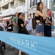 čtk: Zákazníci čekají ve frontě 17. června 2021 před nově otevřeným obchodem Primark na Václavském náměstí v Praze.