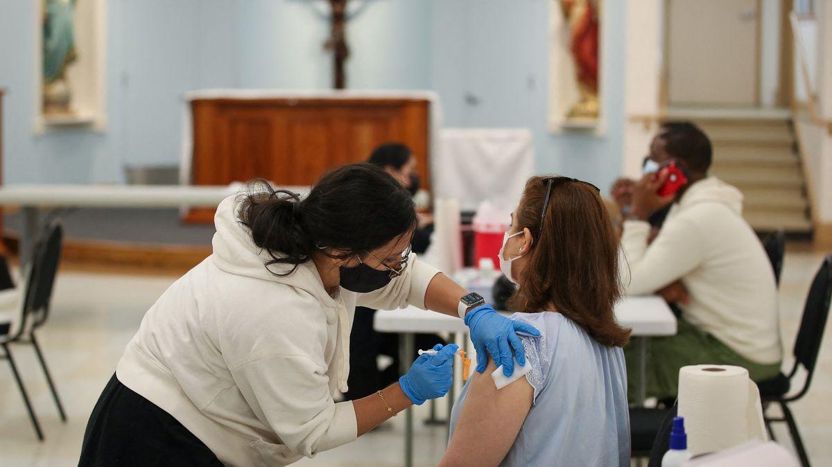 Za očkování sto dolarů na ruku, navrhuje Biden