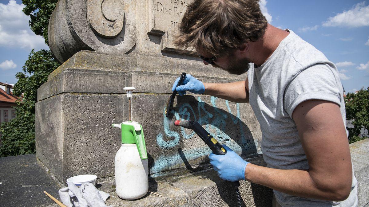 Karlův most je znovu čistý, vandalské graffiti se podařilo odstranit