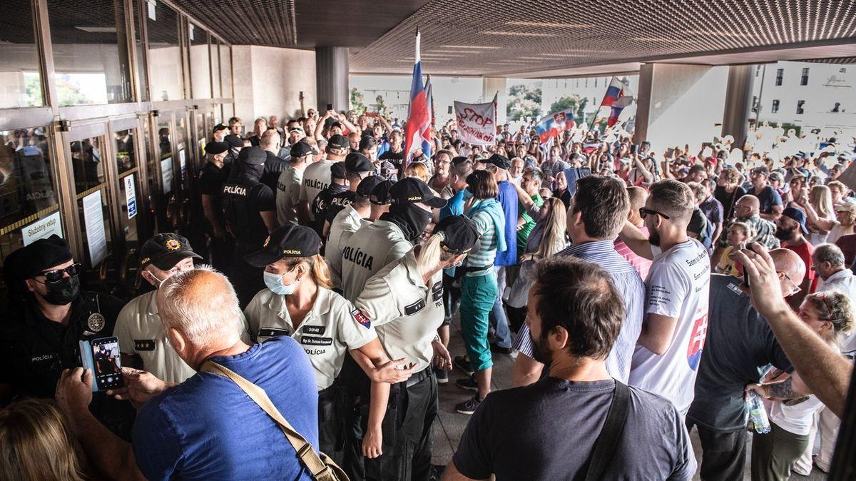 Napjatá situace na Slovensku. Odpůrci očkování se chtěli dostat do parlamentu