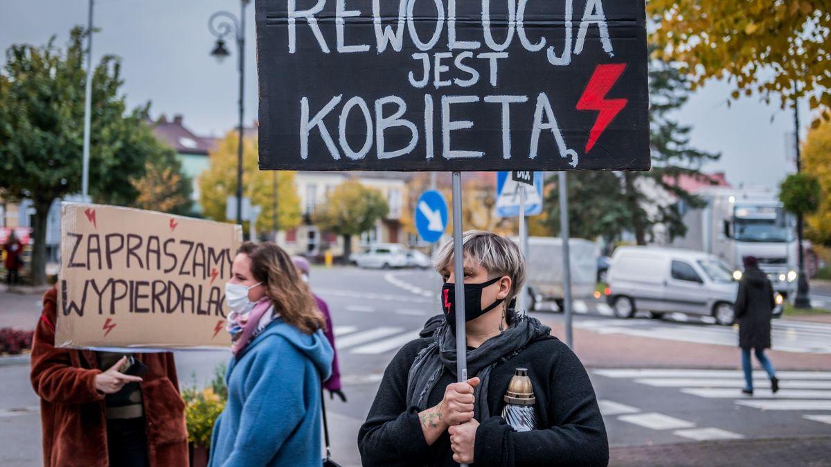 Protesty vPolsku pokračují pátým dnem, ve Varšavě najelo auto do davu