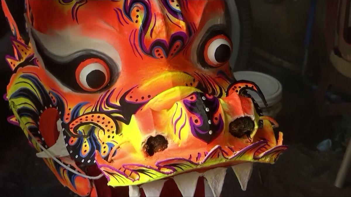 """Čínský Nový rok: """"Dračí tanec"""" nebude, tanečníci pro obživu šijí maňásky"""