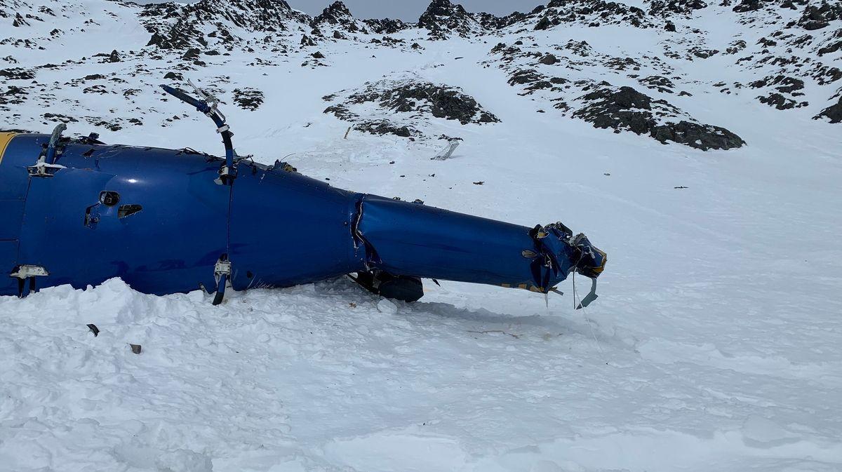 Vrtulník sKellnerem narazil do hory, pak se zřítil asi 250metrů