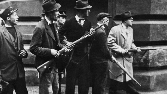 Britské vojáky bojující vPražském povstání připomíná pamětní deska