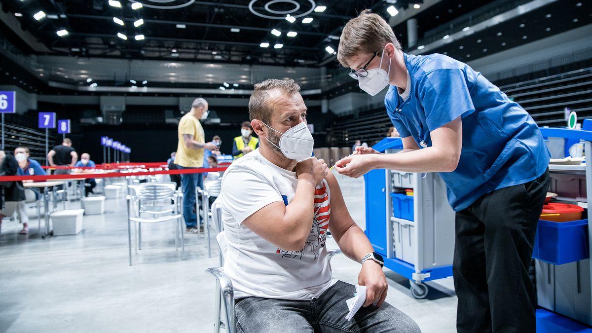 Největší očkovací centrum se zbavuje personálu, zájem nečekaně klesl