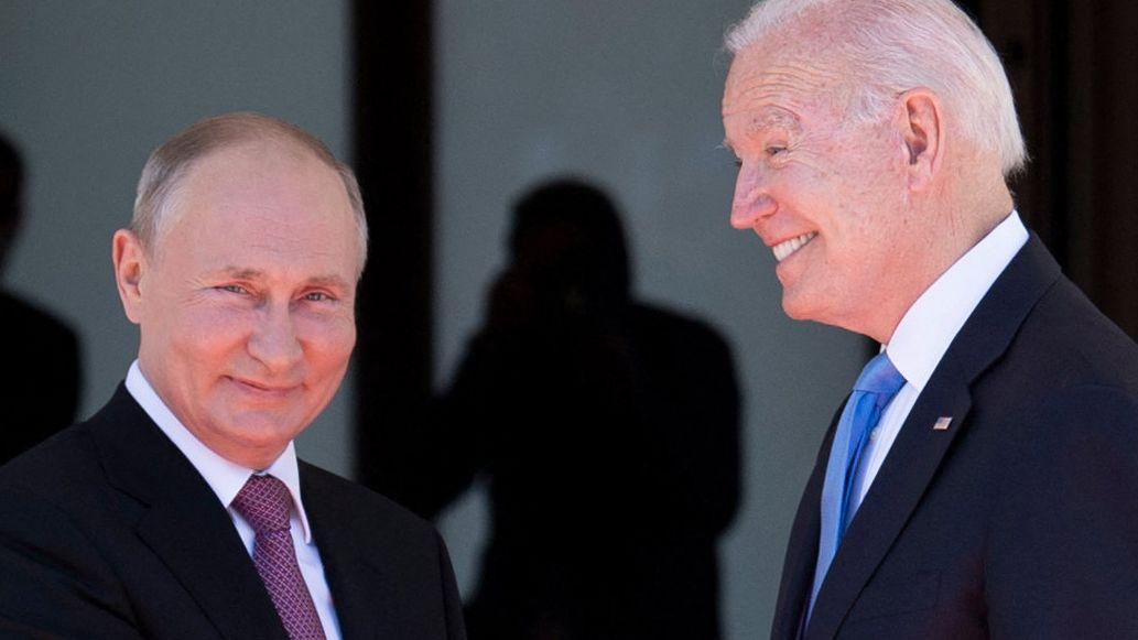 Uvolnění po schůzce Bidena sPutinem. Diplomat zamířil zpět do úřadu