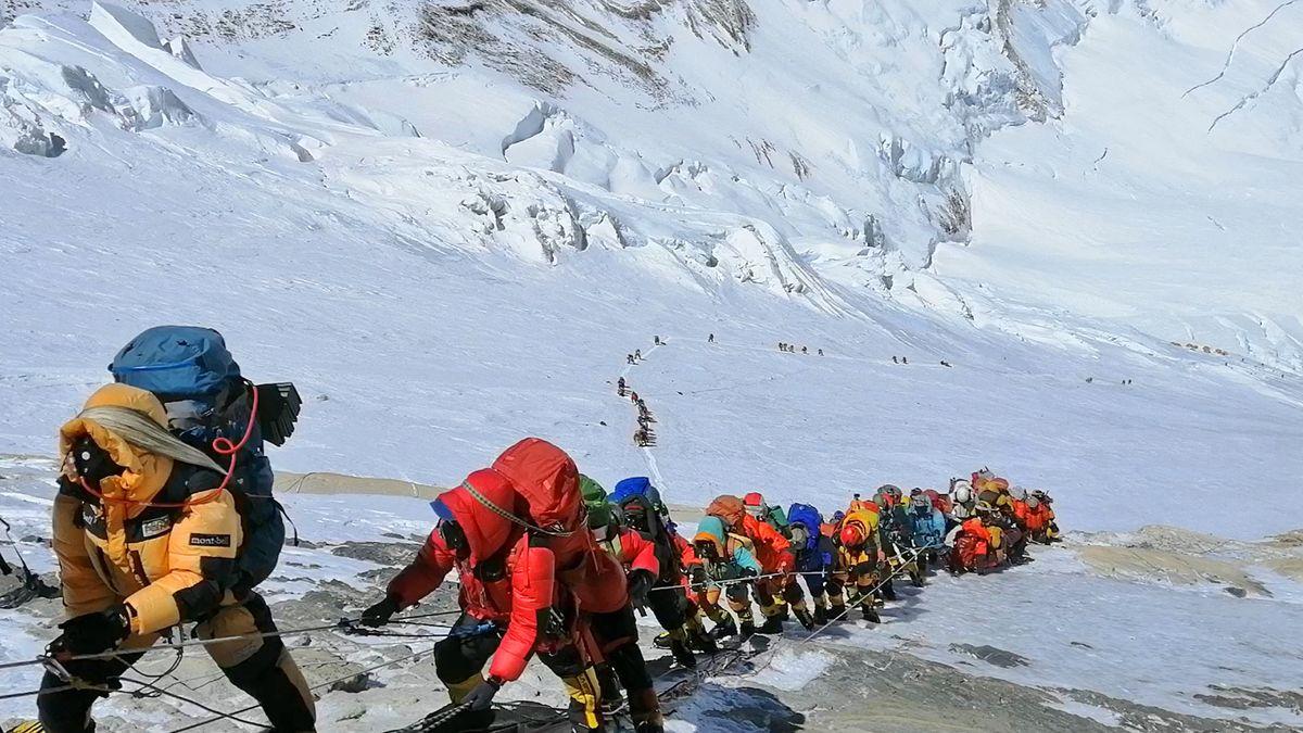 Ponížená hora. Jak se zMount Everestu stala masovka