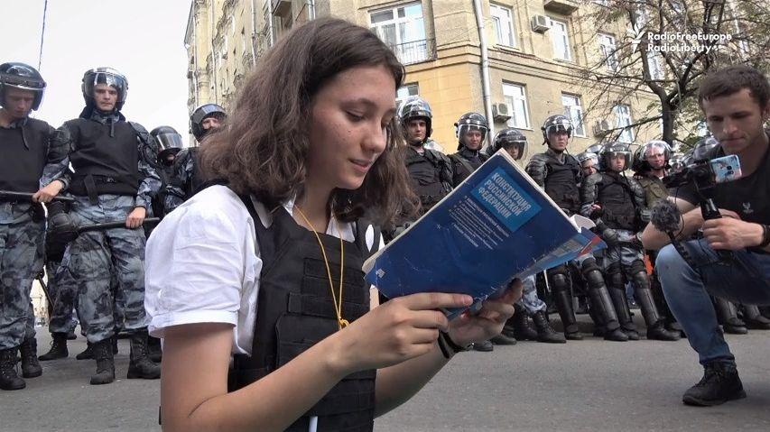 Během demonstrace četla policistům ústavu, teď dívce hrozí 3roky vězení