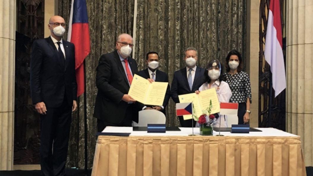 Ministr Brabec přijel ze světa a dostal výjimku zizolace