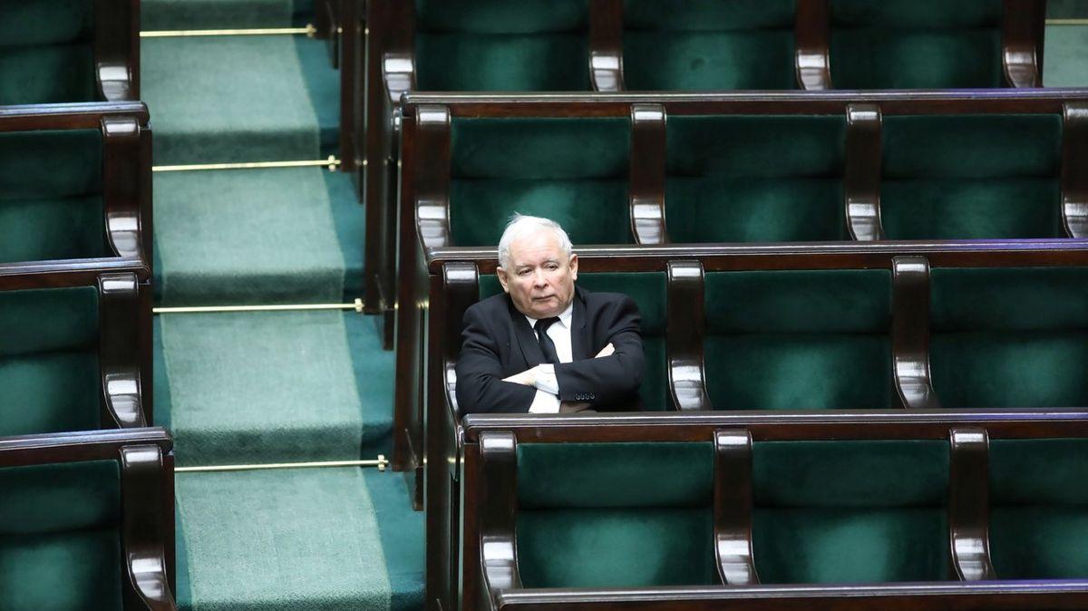 """""""Kvolbám přes mrtvoly."""" Kaczyński mění zákon, aby udržel termín voleb"""