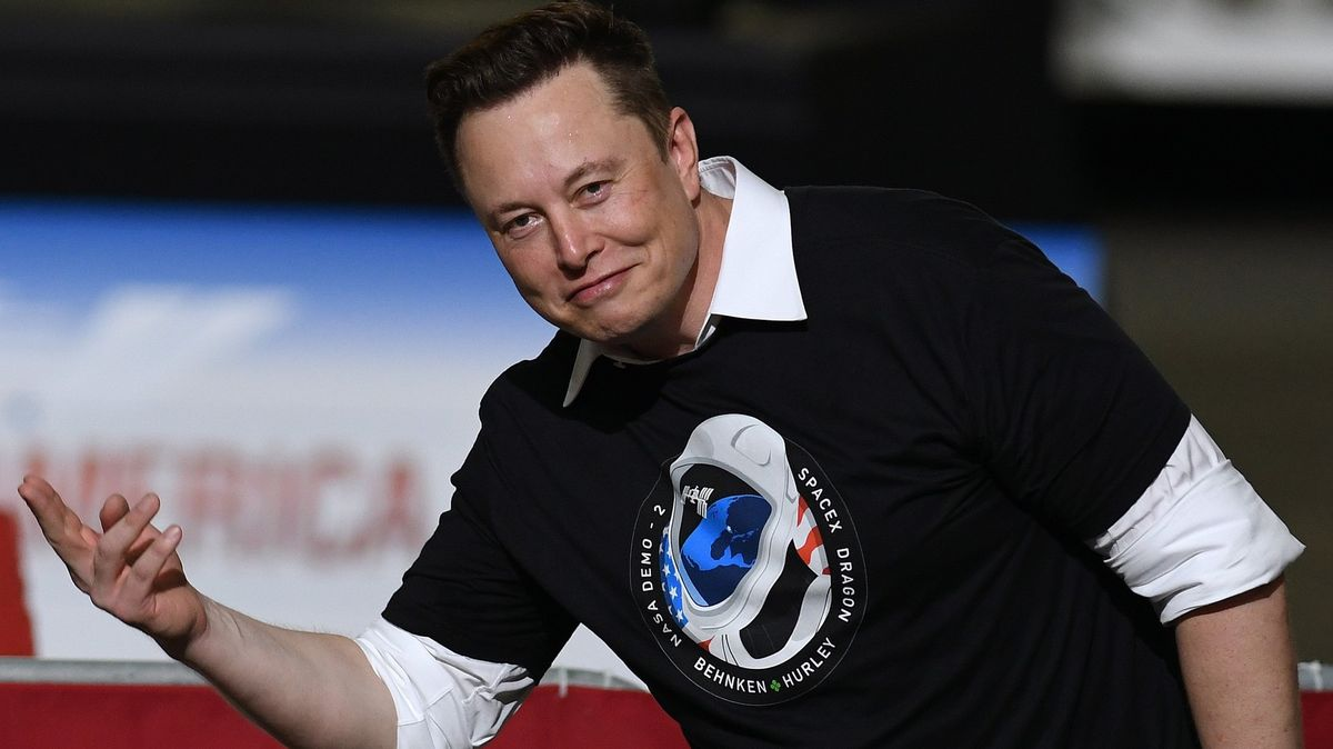 Musk je zase bohatší. Vybojoval sTeslou další odměnovou metu