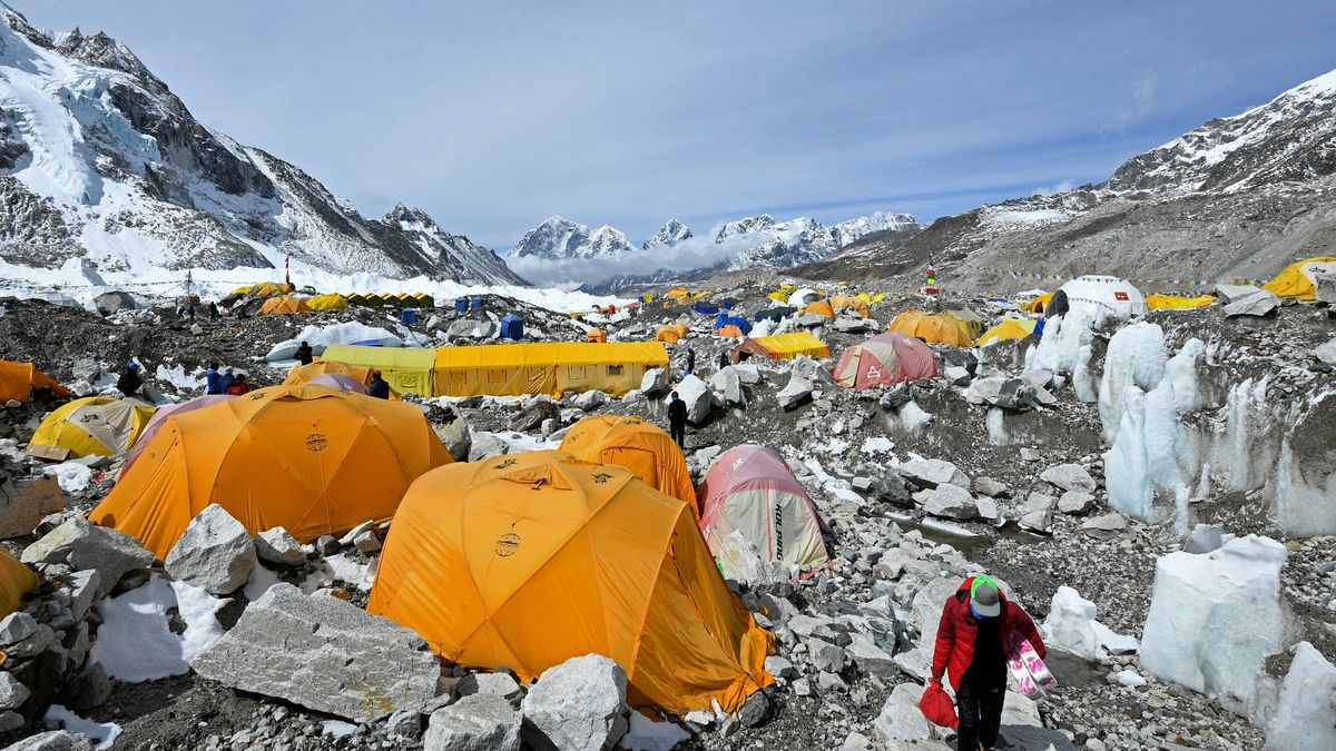Klastr Everest. Nakažených pod nejvyšší horou světa přibývá. Vláda mlží