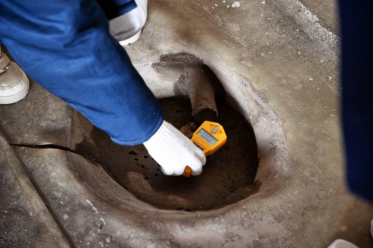 Jeden z hotspotů, jak se říká místům se zvýšenou radiací. Z potrubí odkapává kontaminovaná voda.