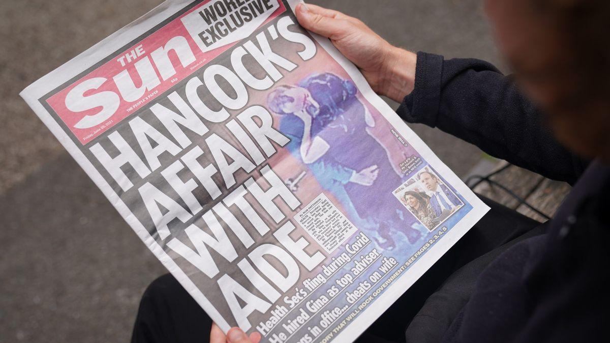 Dvojitý skandál. Hancock rezignoval, Johnson tvrdí, že mu dal padáka