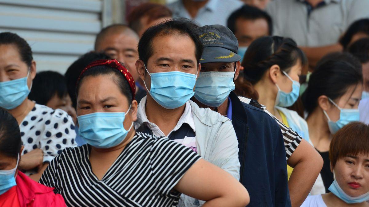 Čína rychlostí očkování vytírá světu zrak. Blíží se kmiliardě dávek